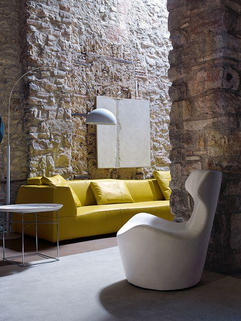 zolta sofa w salonie