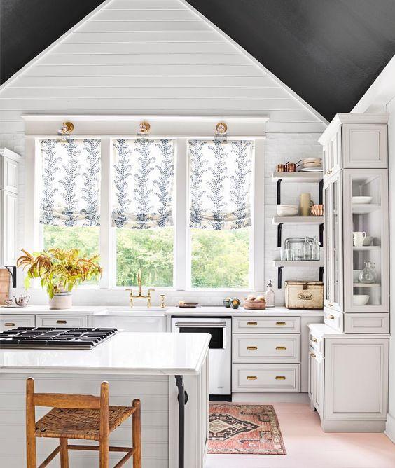 czarny sufit w kuchni