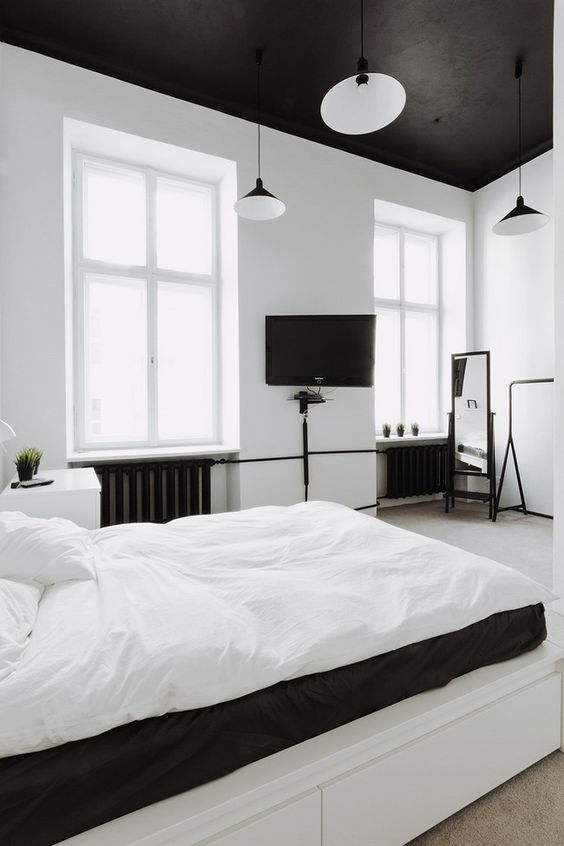 czarny sufit w sypialni
