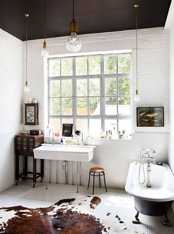 białe ściany czarny sufit