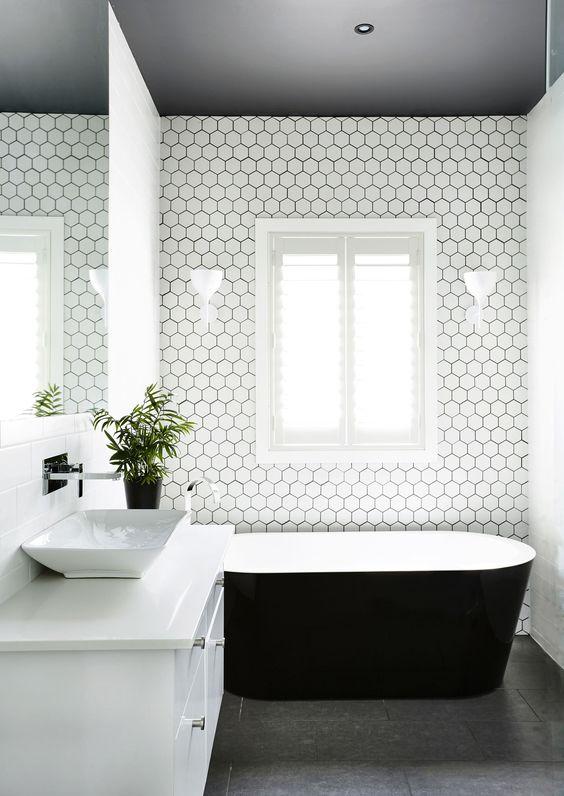 łazienka czarny sufit