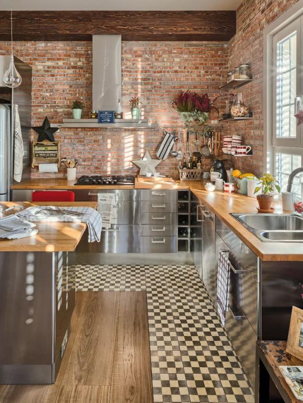 kuchnia z ceglaną ścianą