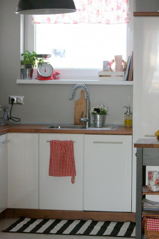 kuchnia biała z czerwonymi akcentami