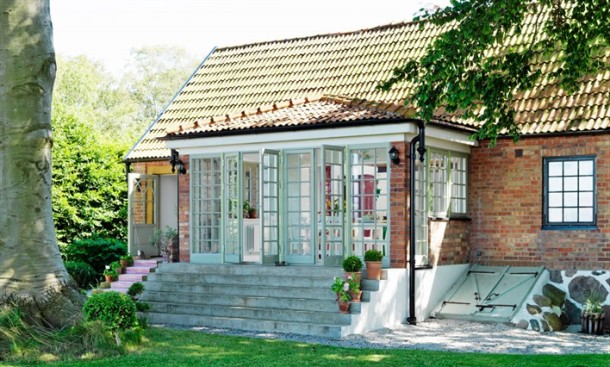 domek widziany z ogrodu