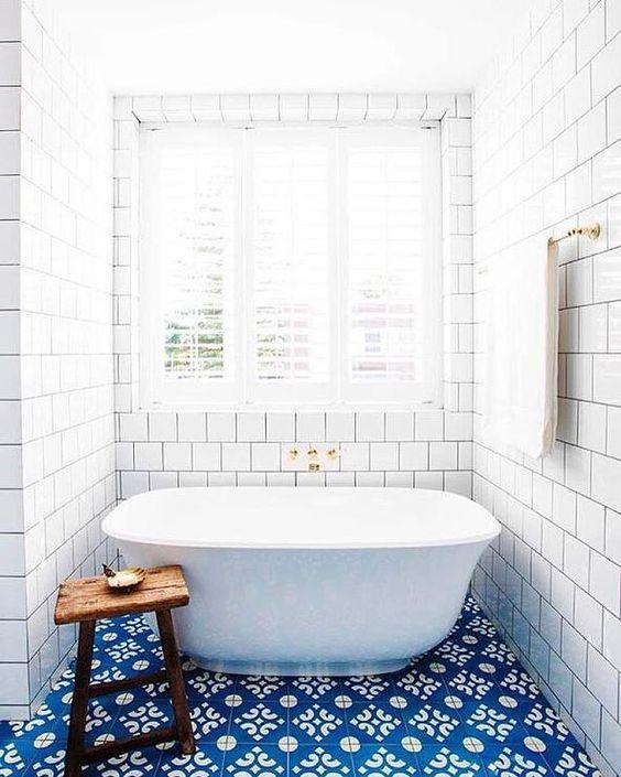biało-niebieska łazienka