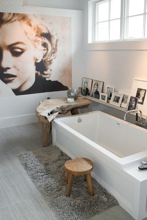 łazienka z plakatem