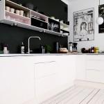 Wnętrze dnia: kuchnia z czarną ścianą